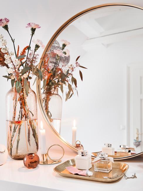 Specchio con vaso di fiori e accessori