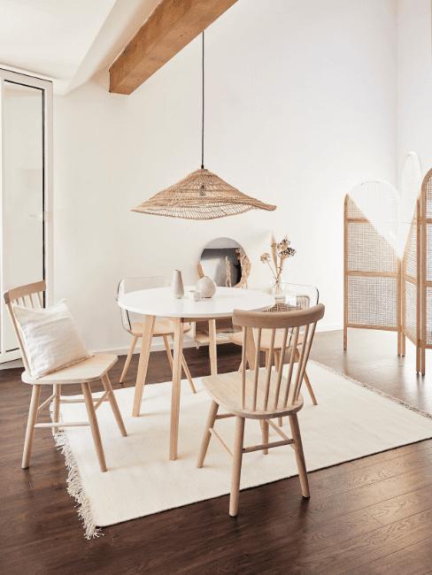 Sala da pranzo con sedie in legno