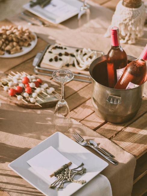 tavola con buffet e bottiglie di vino
