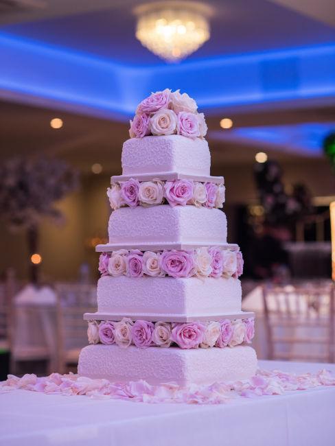 torta a quattro piani con rose negli intermezzi