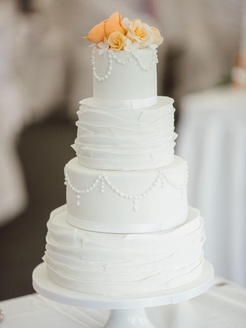 torta color bianco con decorazioni