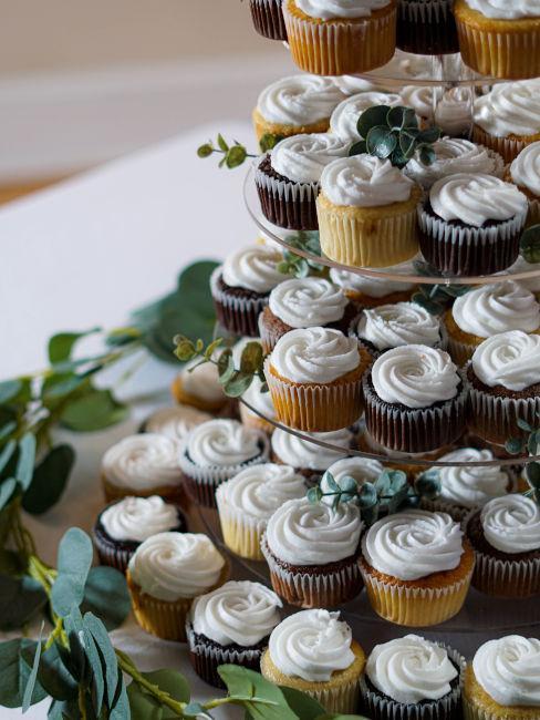 piramide di cupcake con glassa bianca