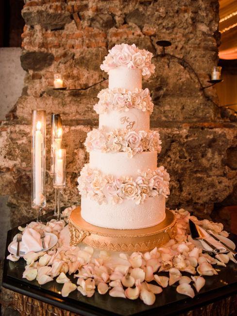 torta bianca con fiori rosa come decorazione