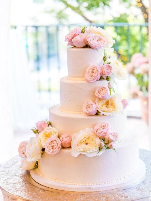 fiori rosa utilizzati come decorazioni per dolci