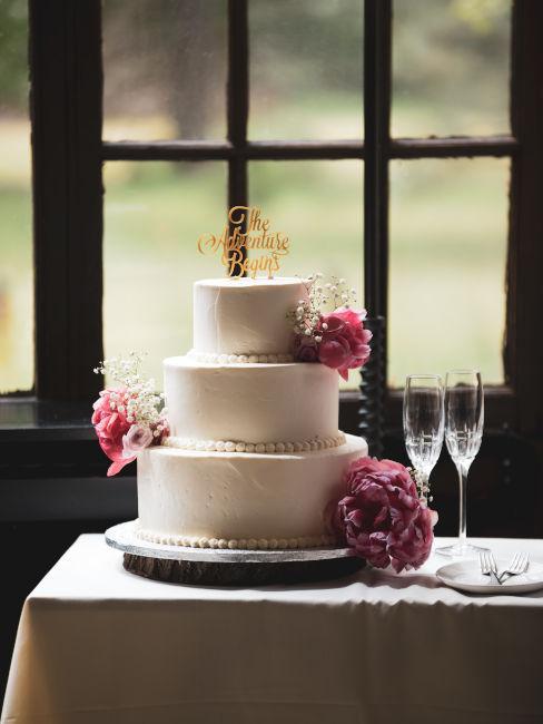 torta matrimonio con fiori e decorazione scritta