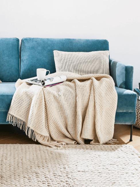 coperta in lana d'alpaca su divano blu