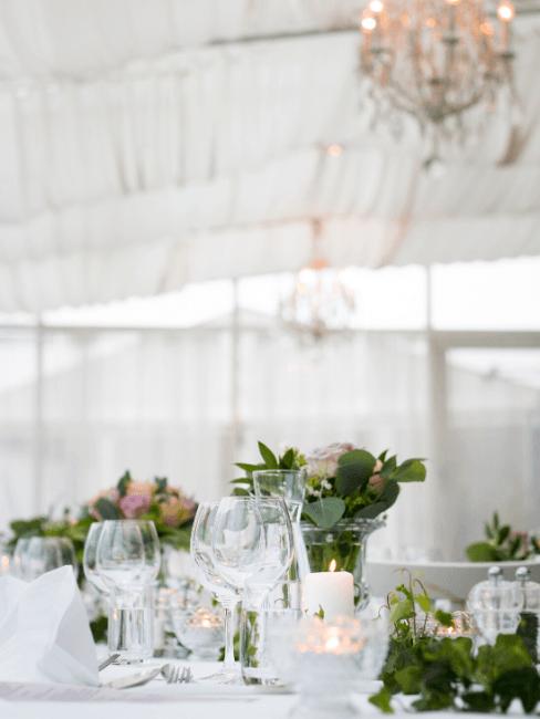 tavola matrimoniale semplice con fiori