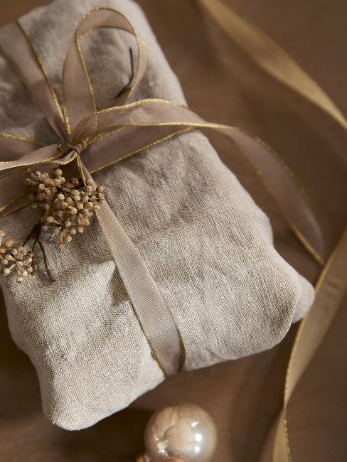pacchetto regalo natilizio colore beige