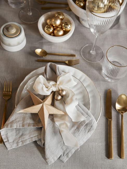 tavola natalizia colori panna e oro