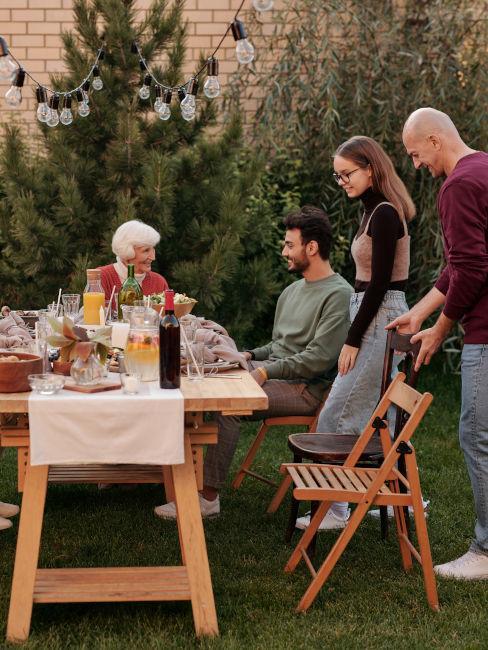 cena in giardino con nonna e nipoti