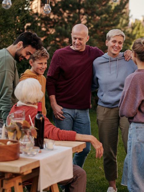 nipoti con nonna a cena