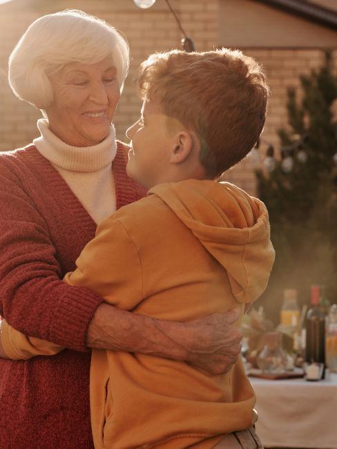 nonna e nipote che si abbracciano