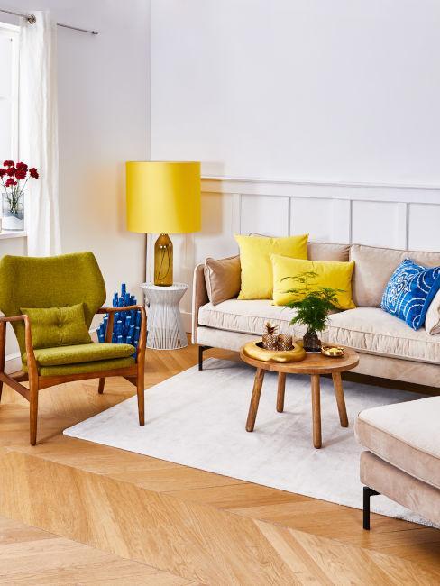 soggiorno con poltrona colore oliva e decori gialli