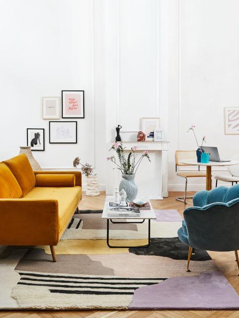 soggiorno con divano ocra e poltrona blu