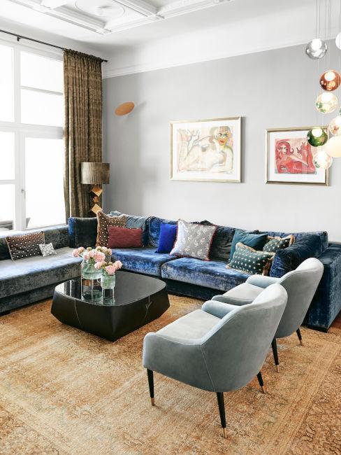 soggiorno poltrone azzurre e divano blu in stile vintage