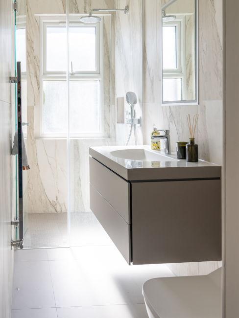 mobile tortora con lavandino e doccia con finestra
