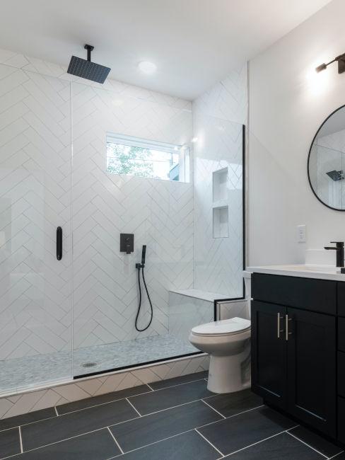 bagno moderno con mobili neri e bianchi