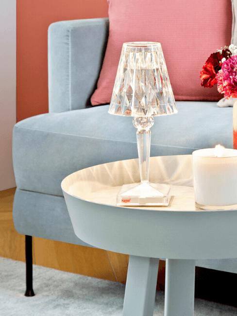 Dettaglio divano e tavolino colore carta da zucchero