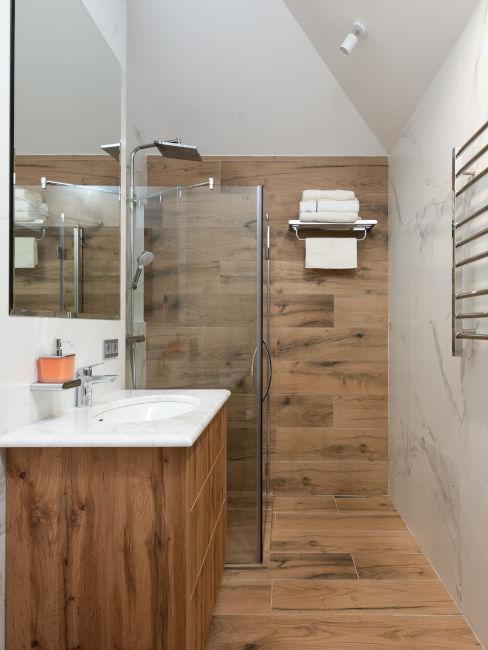 doccia in legno con vetro divisorio
