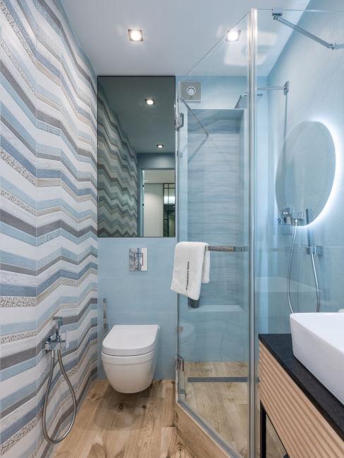 bagno azzurro con parete a onde geometriche