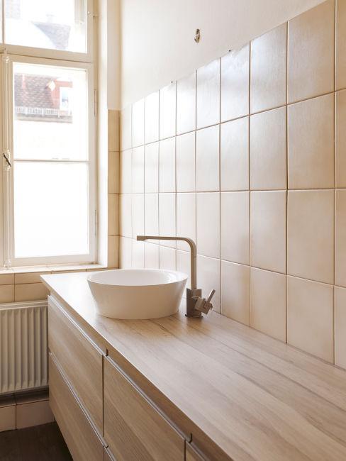 mobile lavandino in legno e piastrelle sui muri