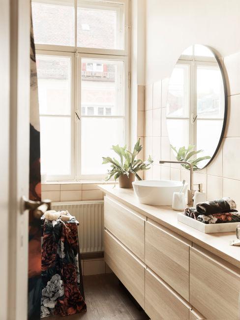 bagno lungo con mobile lavandino in legno