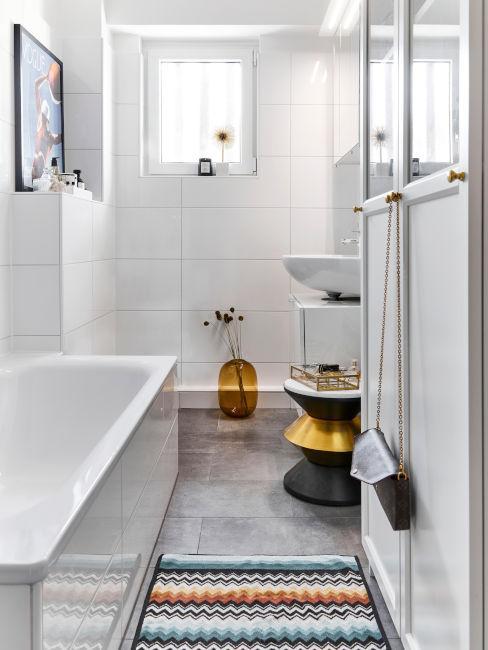 bagno bianco con piastrelle e dettagli colorati