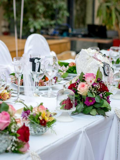 tavolo matrimonio con bouquet floreale