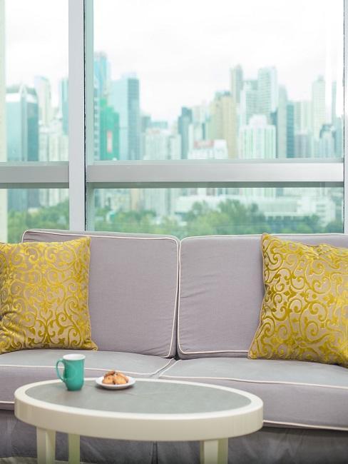 Primo piano divano in soggiorno con cuscini in stile bovindo