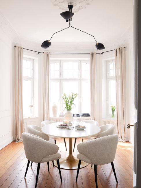 finestre bovindo con sala da pranzo toni chiari