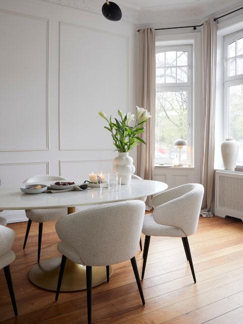 tavolo soggiorno in marmo con sedie panna