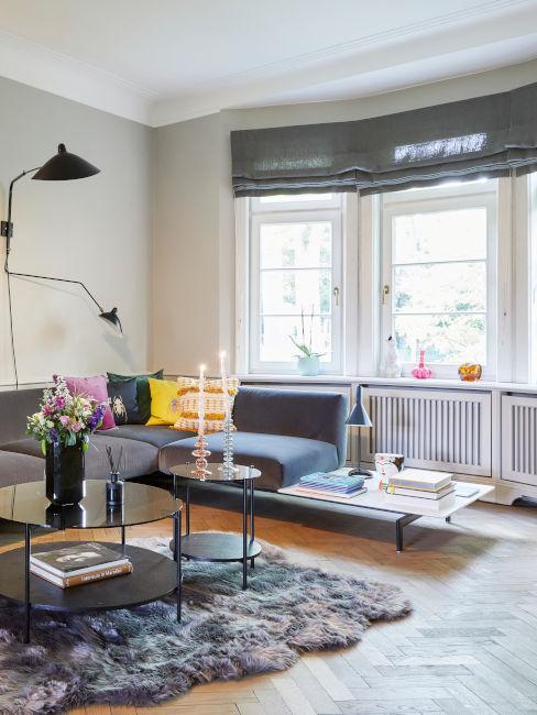 salotto con divano grigio ed elementi decorativi colorati