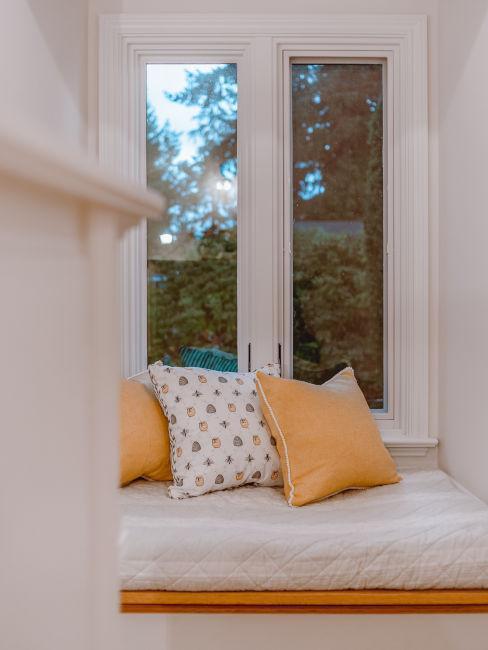 finestra con angolo lettura con cuscini gialli