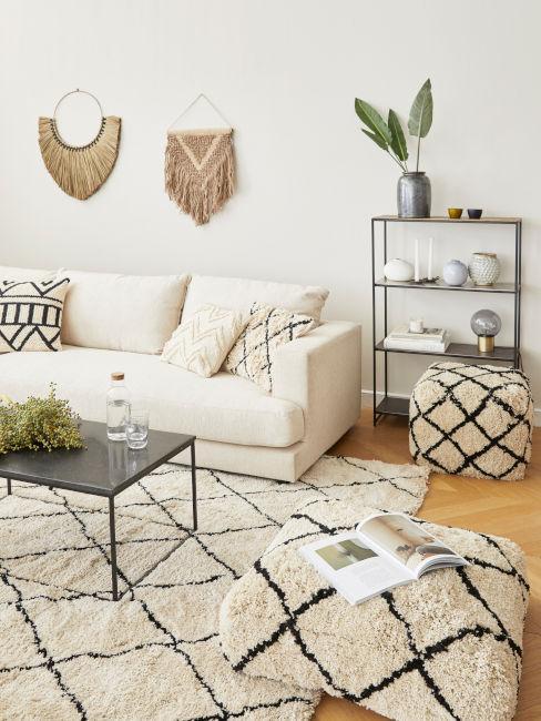 salotto tinta beige con divano chiaro e decorazioni parete