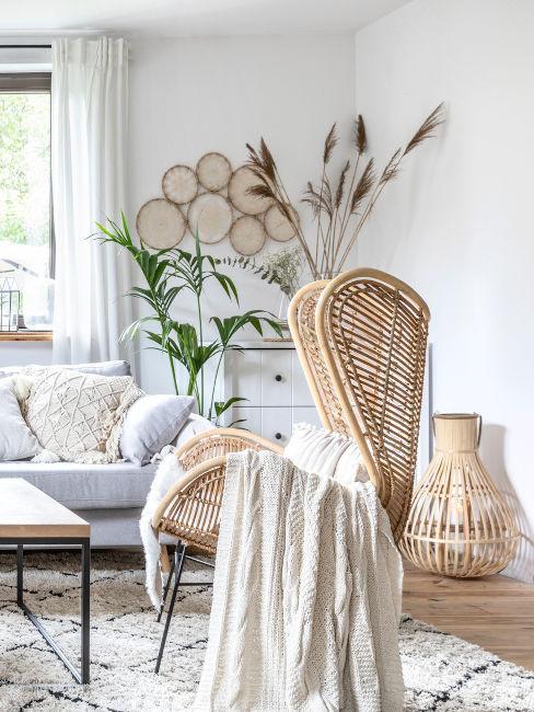 soggiorno arredato con materiali naturali o grezzi