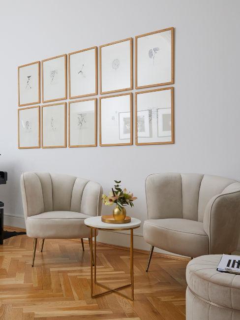 set di quadri con cornice dorata e coppia poltrone beige