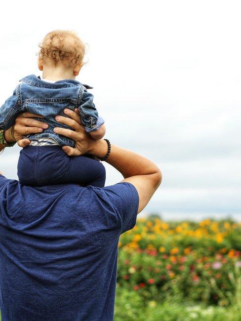papà con bambini in spalla