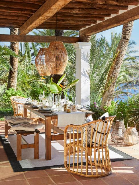Tavolo da fiardino con sedie e lanterne appese