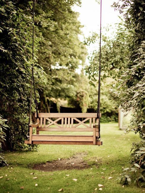 altalena di legno a due posti per giardino