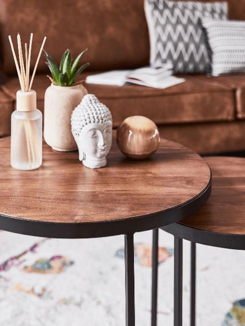 tavolini in legno scuro con soprammobili