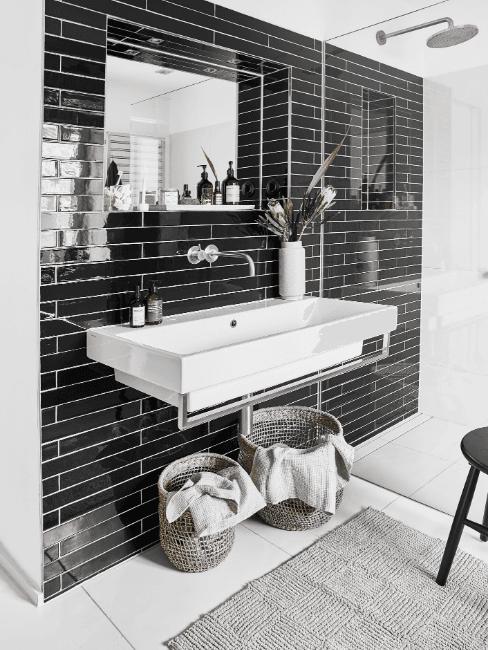 Bagno nero con doccia trasparente