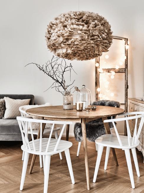 Tavolo rotondo in legno e sedie bianche