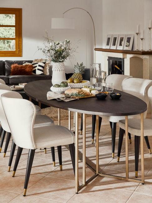 tavolo da pranzo zona soggiorno con sedie bianche