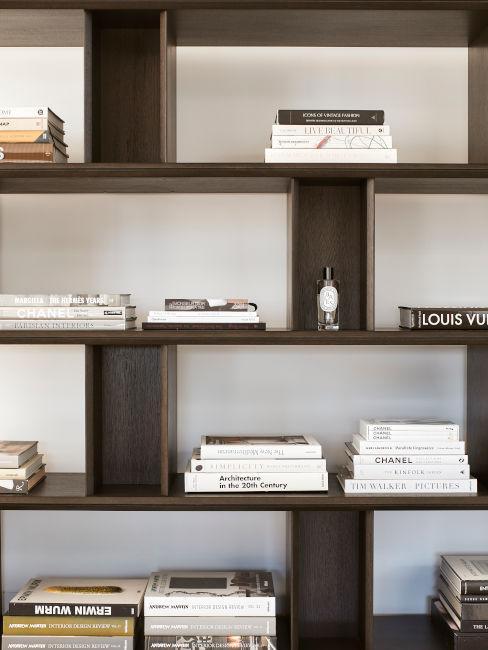 libreria marrone scuro con libri decorativi