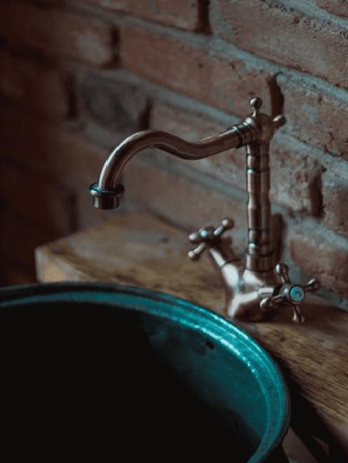 Lavandino con rubinetto vintage
