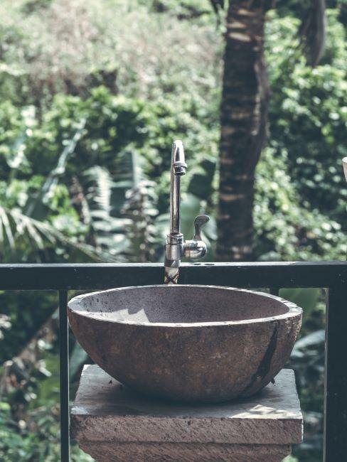 lavandino in pietra in giardino verde