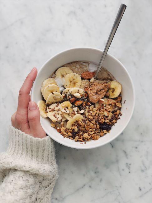 bowl con muesli, banane e frutta secca