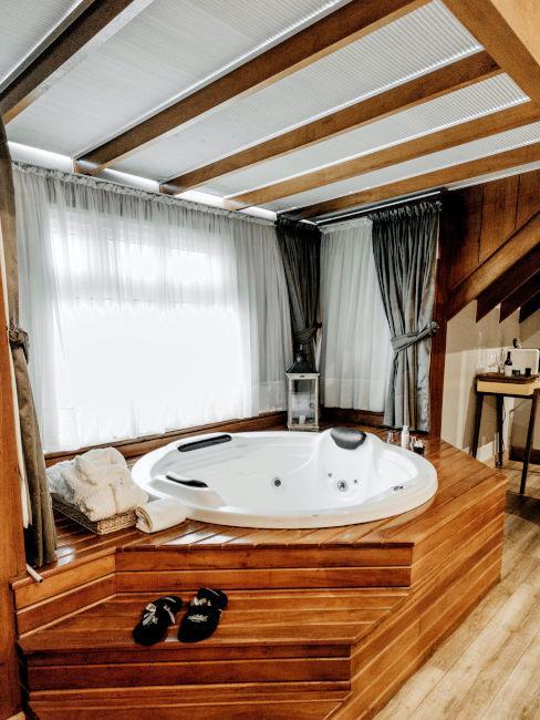 vasca idromassaggio con base in legno