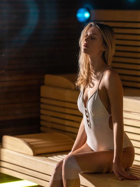 ragazza dentro ad una sauna