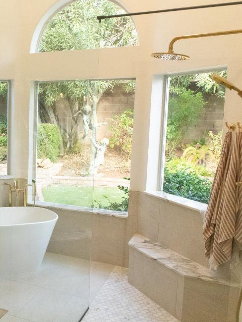 bagno con ampie finestre sul giardino